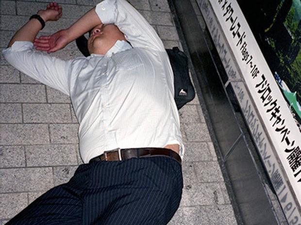 Chùm ảnh về các doanh nhân ngủ trên đường phố mô tả chân thực về văn hóa làm việc khắc nghiệt nhất thế giới của Nhật Bản - 26