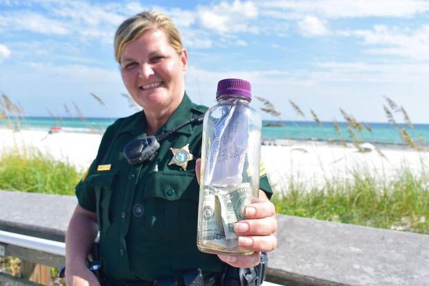 Nữ trung sĩ nhặt được chai thuỷ tinh chứa tro cốt và bức thư ý nghĩa bên trong khiến cộng đồng mạng rơi nước mắt