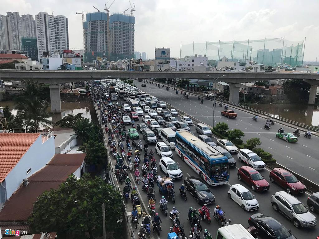 Nâng đường Nguyễn Hữu Cảnh thêm 1,2 m, dân lo nhà biến thành hầm - 2