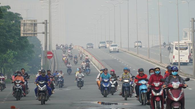 Bầu trời mù mịt đến khó tin ở đại lộ Võ Văn Kiệt sáng 6-10 - 9