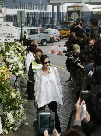 Nụ cười phản cảm của Trương Bá Chi ở đám tang người chị em thân thiết Mai Diễm Phương và sự phẫn nộ của người hâm mộ - 4