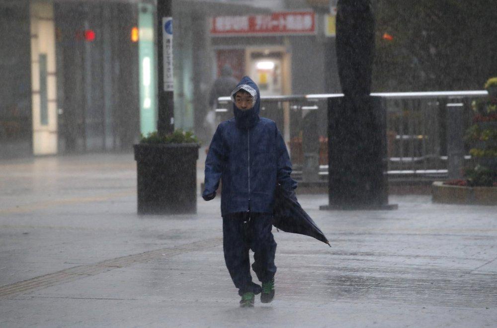 Siêu bão Hagibis tấn công Nhật, xé toạc nhà cửa, cuốn trôi người - 2