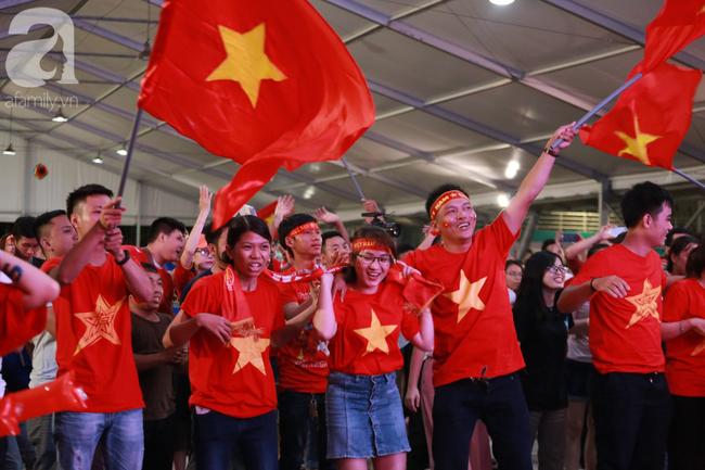 Thắng Indonesia 3-1, hàng ngàn CĐV Việt Nam hò reo, ôm nhau mừng chiến thắng thứ 2 liên tiếp tại vòng loại World Cup 2022 - 3