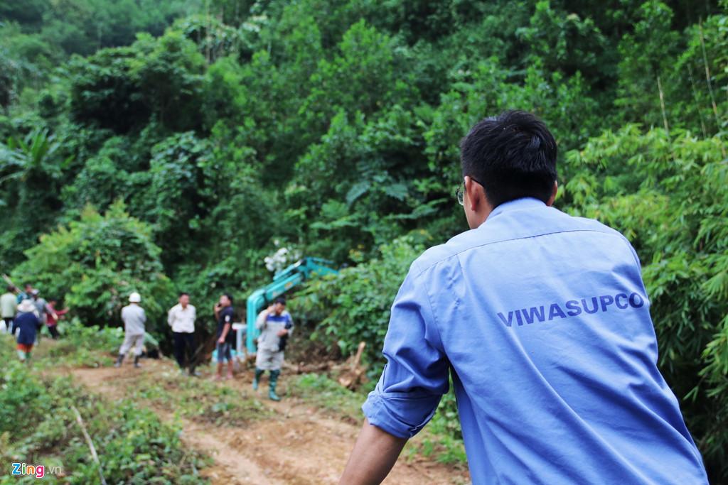 Dòng suối gần nhà máy nước sông Đà vẫn đen kịt sau 1 tuần bị đổ trộm - 2