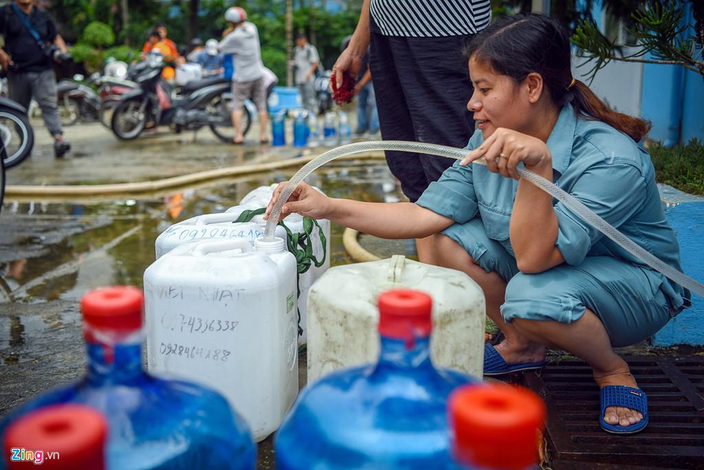 Muôn kiểu tích trữ nước của người dân Hà Nội - 2