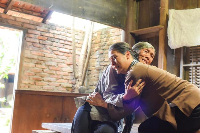'Tiếng sét trong mưa': Lộ ảnh Thị Bình - Nhật Kim Anh quỳ gối, khóc đến sưng mắt khi gặp dì Bảy sau 24 năm - 2
