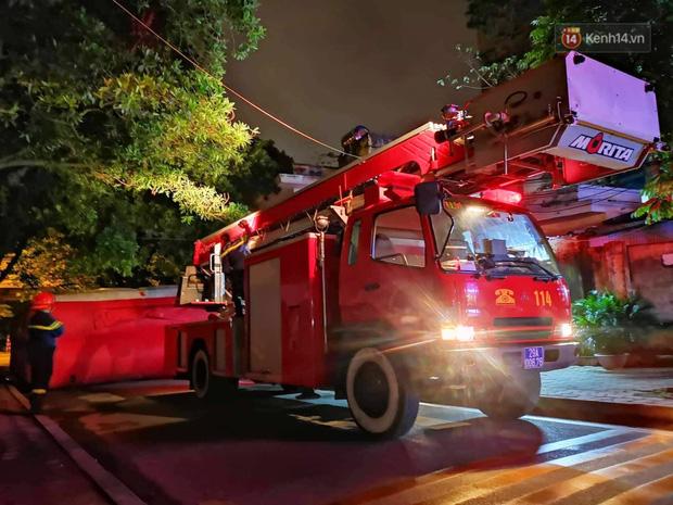 Hà Nội: Giải cứu người đàn ông nằm vắt vẻo trên cây giữa đêm - 3