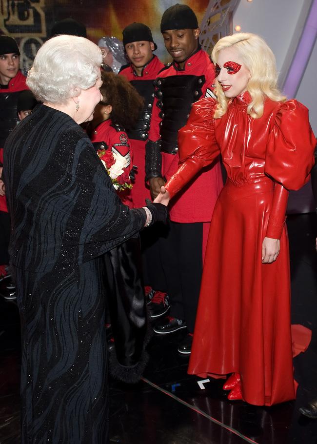 Style của sao Hollywood khi diện kiến Nữ hoàng Anh: Người chuẩn ngôi sao nghiêm túc, người sexy táo bạo không ngờ - 6