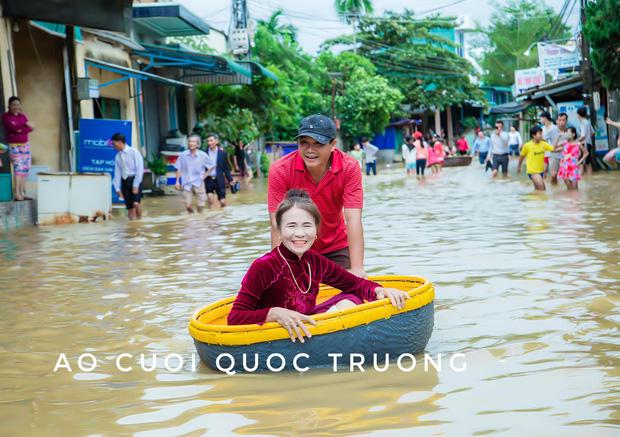 Quan viên hai họ xắn quần, đem thuyền thúng bì bõm vượt lũ đi rước dâu ngày mưa bão gây xôn xao - 5