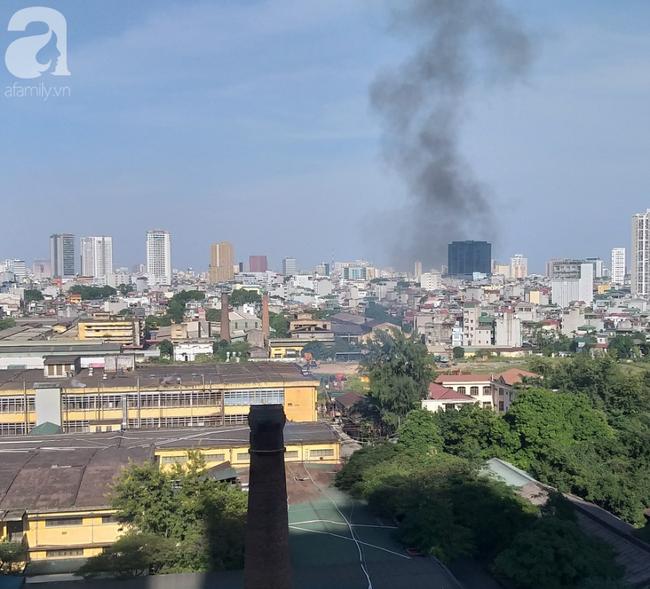 Không khí Hà Nội mịt mù: Những ống khói chọc trời trong lòng Thủ đô - 1
