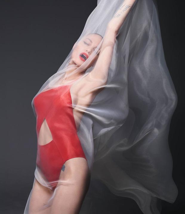Angelina Jolie đẹp nín thở với bộ ảnh nude 100% ở tuổi 44 - 3