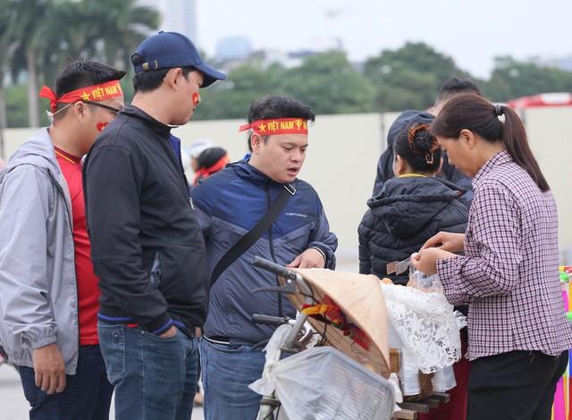 CĐV 'nhuộm đỏ' quảng trường SVĐ Mỹ Đình trước trận Việt Nam - UAE - 12