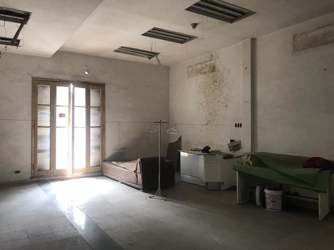 Bên trong căn biệt thự kiểu Pháp hoang tàn trên 'đất vàng' Hà Nội trở thành nơi gửi xe - 13