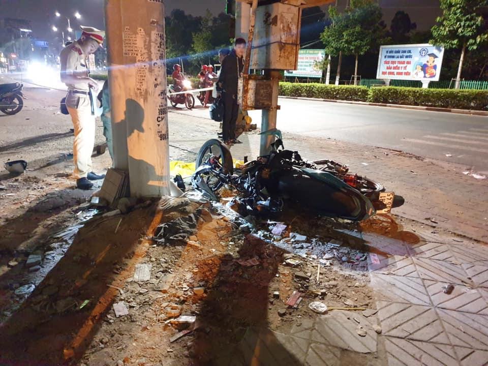 Chạy xe máy với tốc độ cao rồi lao vào cột điện, 2 người tử vong - 1
