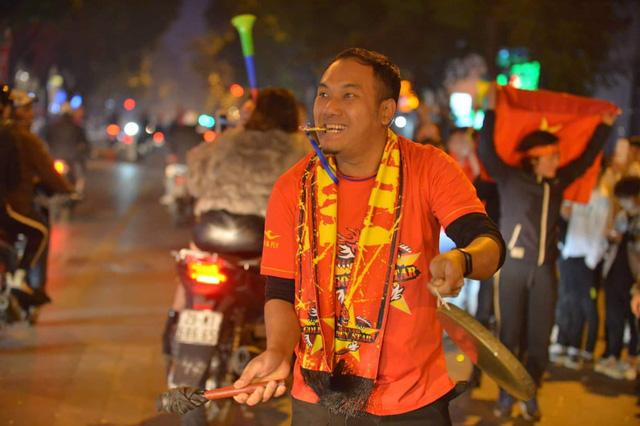 Hàng triệu người dân Việt xuống đường mừng chiến thắng 3-0 của U22 - 3
