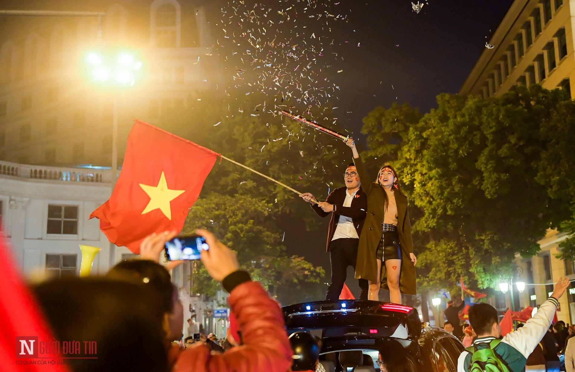 Video ảnh: Một đêm không ngủ của người hâm mộ bóng đá Việt Nam - 8