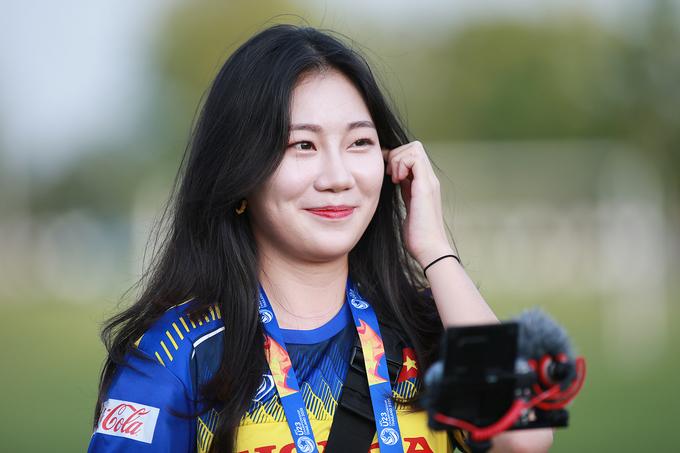 Nữ phóng viên Hàn gây náo loạn buổi tập của U23 - 4