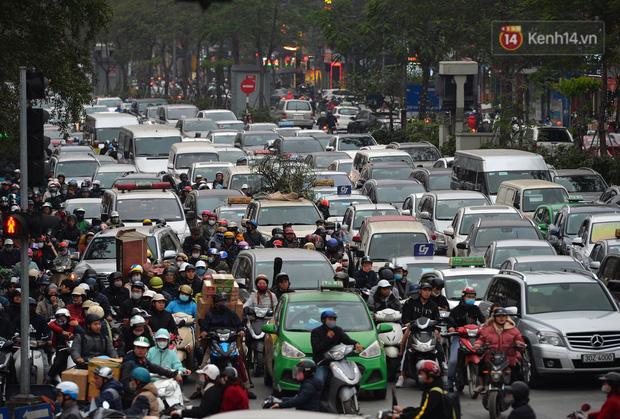 Đường phố Hà Nội tắc cứng và hỗn loạn trong chiều tối 23 Tết, người dân kiên nhẫn nhích từng chút một tranh thủ đi mua sắm - 7