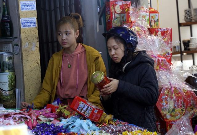 Thủ phủ bánh kẹo ngoại giữa Hà Nội nhộn nhịp đón Tết - 6