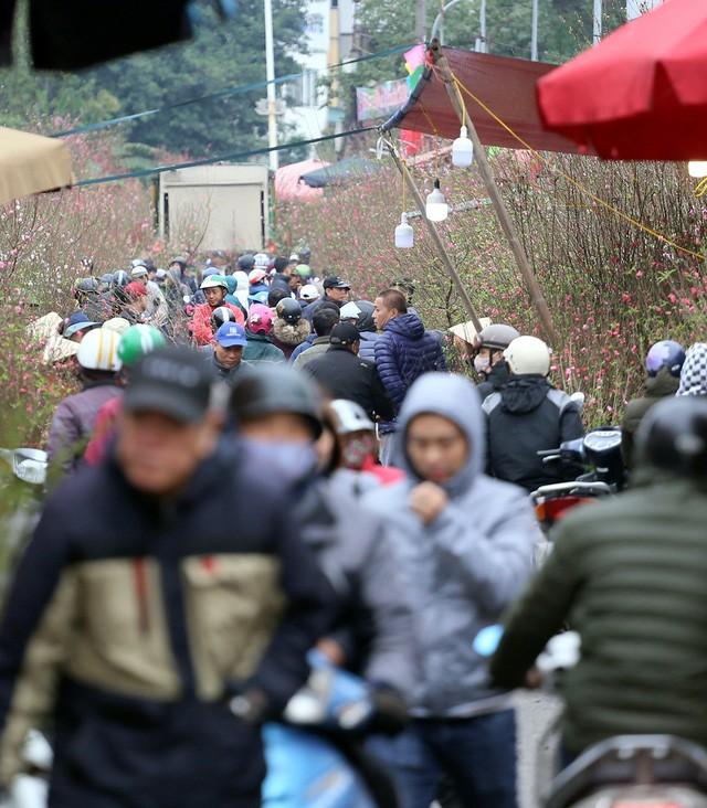 Hà Nội tuần cuối trước Tết, 'nghẹt thở' chợ hoa Quảng An