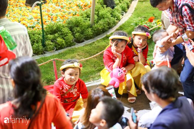 Hàng nghìn người đổ xô đi dự khai mạc đường hoa Nguyễn Huệ, nhiều em bé nhỏ bị chen lấn đến bật khóc vì ngộp thở - 17