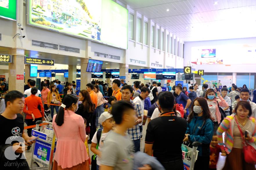 Cận ngày giao thừa, sân bay Tân Sơn Nhất lại 'vỡ trận': Biển người chờ la liệt, trẻ mệt nhoài theo bố mẹ về quê - 7