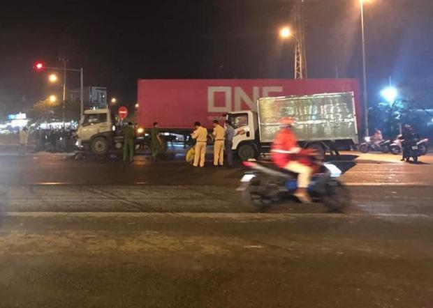 Vượt đèn đỏ, người đàn ông chạy xe máy chết thảm trước đầu xe tải - 1