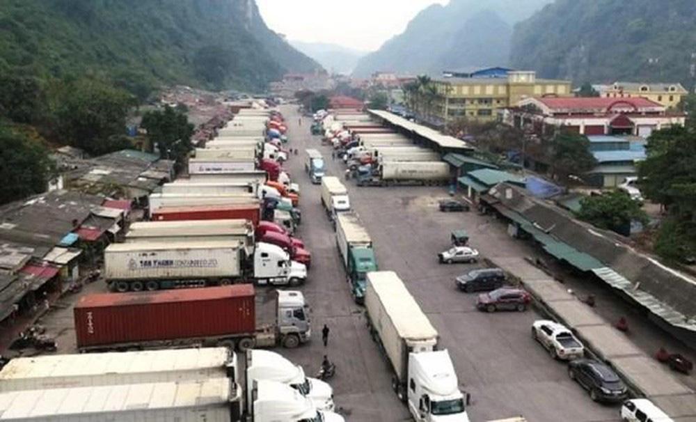 Hàng chục xe trái cây vẫn đang chờ thông quan sang Trung Quốc