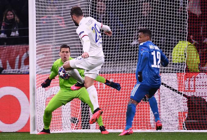 Ronaldo mất hút, Juventus phơi áo trước Lyon