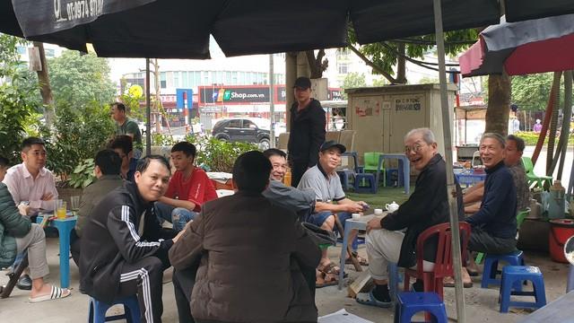 Hà Nội: Nhiều tụ điểm đông người đang 'dửng dưng' trước dịch COVID-19 - 7