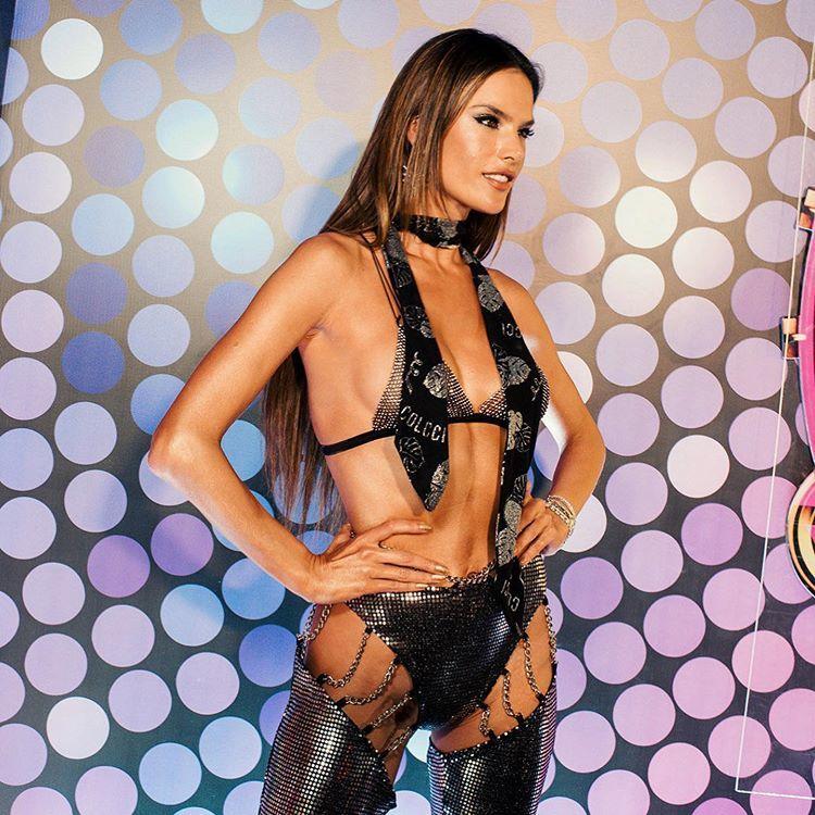 Cựu thiên thần Victoria's Secret mặc bra khoe thân táo bạo dự lễ hội carnival
