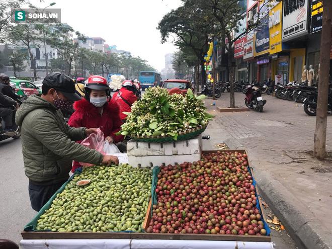 Kiếm tiền triệu mỗi ngày nhờ bán rong quả xanh đầu mùa - 3