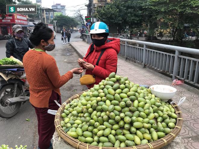 Kiếm tiền triệu mỗi ngày nhờ bán rong quả xanh đầu mùa - 4