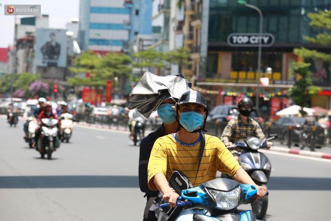 Hà Nội: Sinh viên nhăn mặt, người lao động oằn mình di chuyển dưới nắng nóng như thiêu đốt - 17