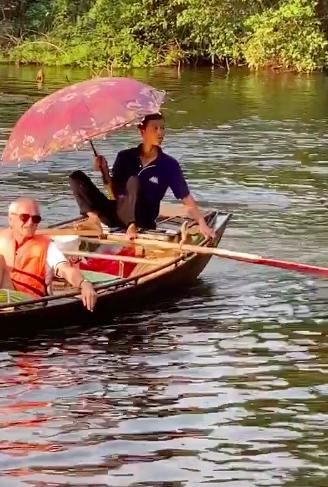 Hình ảnh người đàn ông chèo thuyền ở Tràng An với tư thế có 1-0-2 bất ngờ được khách nước ngoài khen nức nở - 1