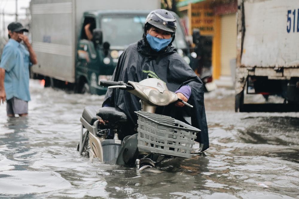 Ảnh: Đường Sài Gòn ngập lút bánh xe khi mưa lớn, người dân té ngã sõng soài - 18