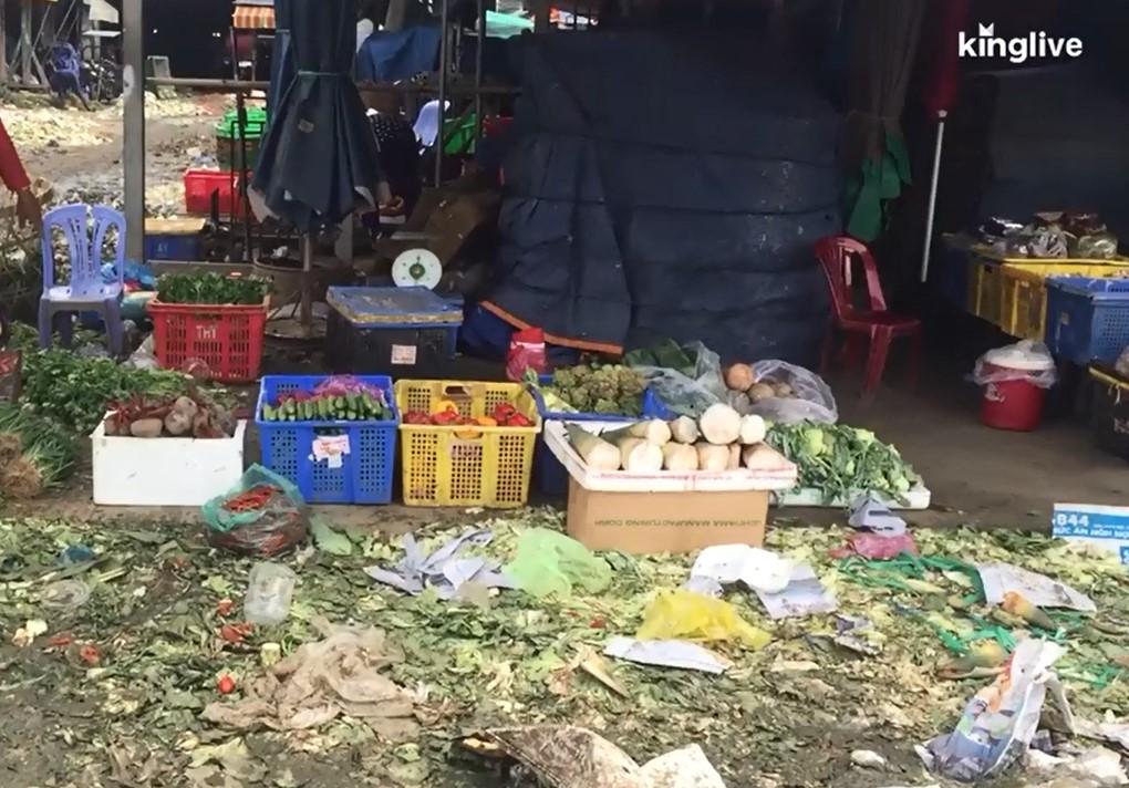 Ảnh: Chợ nông sản lớn nhất Sài Gòn 'ngập' trong núi rác, báo động nguy cơ mất an toàn thực phẩm - 4
