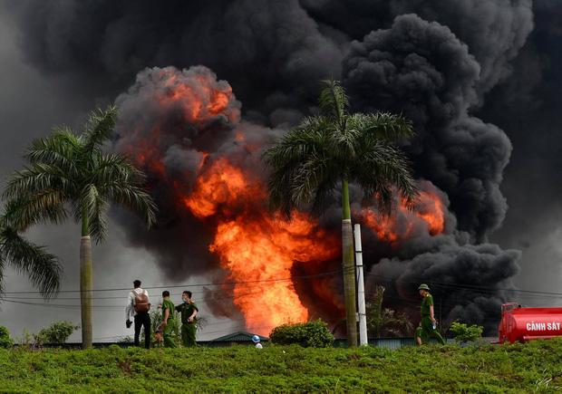 Cháy lớn tại kho hóa chất ở Long Biên, xuất hiện nhiều tiếng nổ - 4