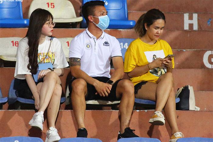 Quang Hải và Huỳnh Anh công khai 'tình tứ' sau scandal, Nhật Lê bỗng đăng trạng thái 'cực gắt'