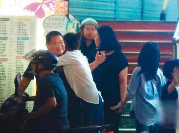 Giữa nghi vấn ly hôn, Lâm Tâm Như lại bị soi ra hàng loạt biểu hiện lạ: Không chụp hình chung với Hoắc Kiến Hoa, vô tư ôm người đàn ông khác - 7