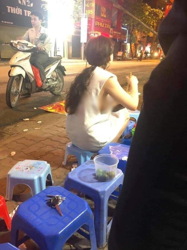 Cô gái mặc váy hớ hênh, lộ toàn bộ lưng trần phản cảm khi chạy xe máy khiến nhiều người đỏ mặt quay đi - 1
