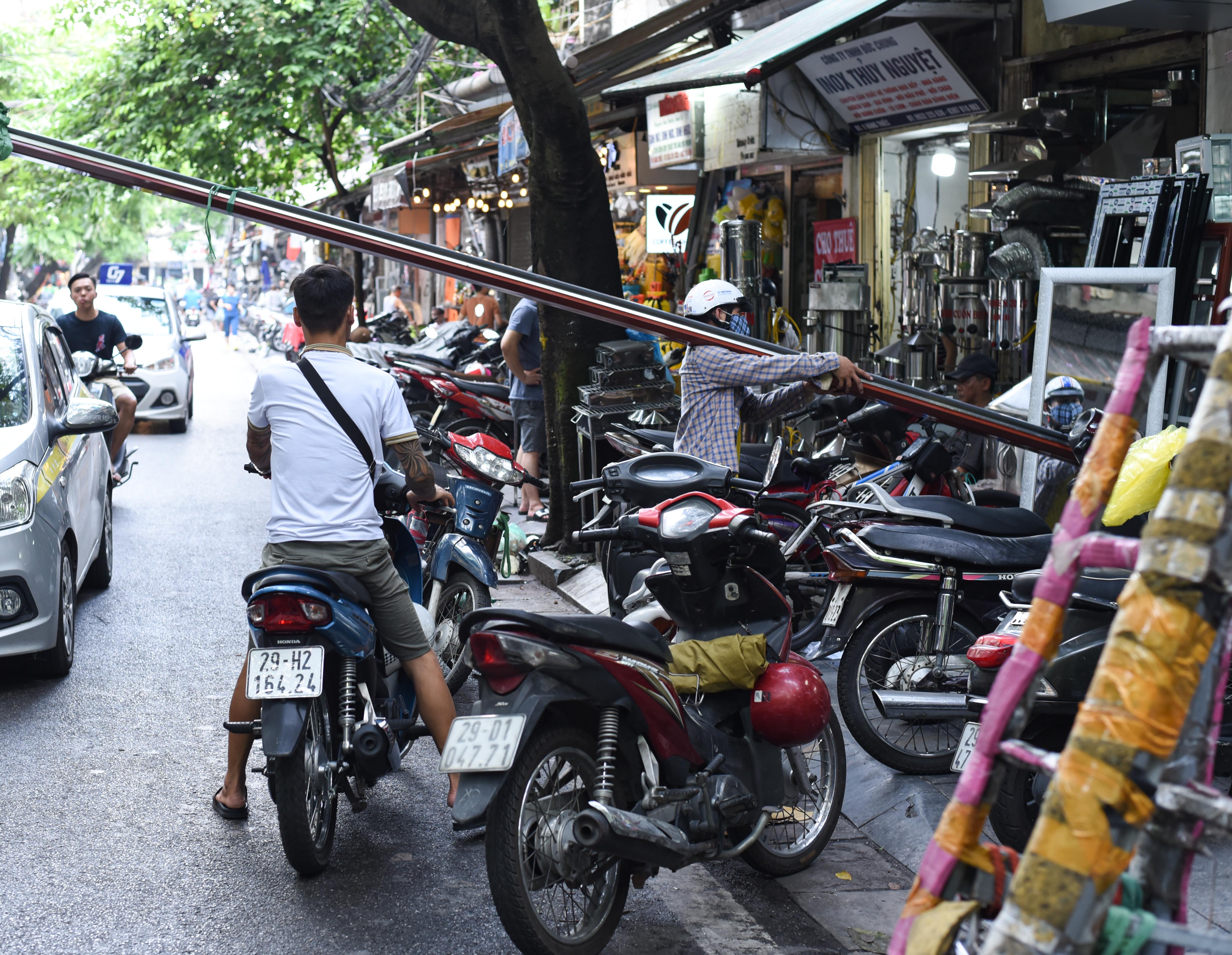 Hà Nội: Khốn khổ như dân phố cổ, muốn đi bộ cũng không yên vì vỉa hè bị 'chiếm' từ bao giờ không ai nhớ nữa - 7