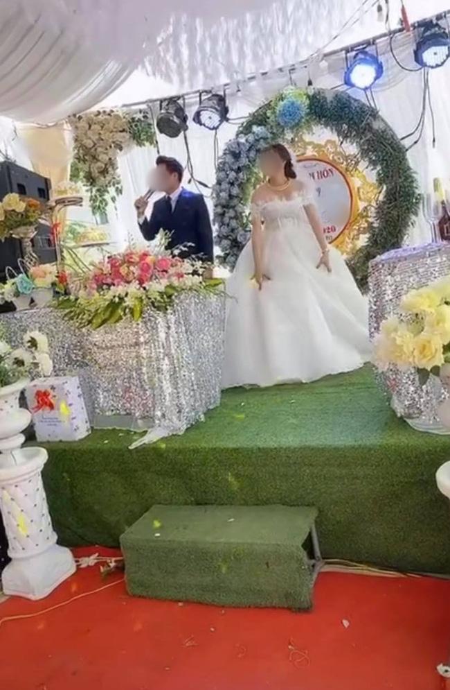Sơ suất 'chí mạng' trên sân khấu kết hôn, chú rể cuống cuồng bỏ chạy để mặc cô dâu đứng một mình, tiếng khách khứa nói vọng lên: 'Không phải khóc' - 3
