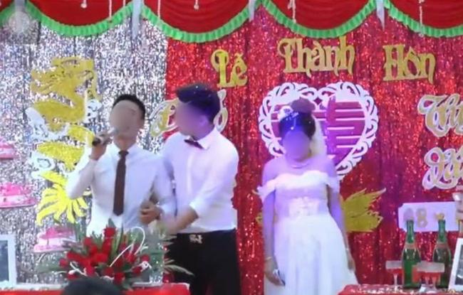 Đang đám cưới rình rang, chú rể đột nhiên ôm chầm lấy MC rồi bỏ chạy để mình cô dâu cười khúc khích trên sân khấu