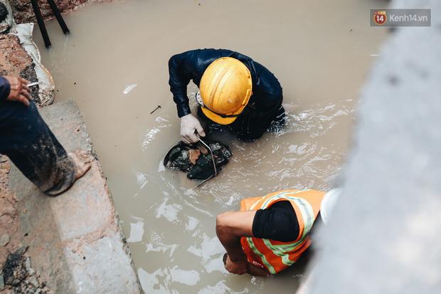 Cận cảnh hố 'tử thần' khổng lồ ngay ngã tư ở Sài Gòn, nguyên nhân do cống tôn bị vỡ gây sụt đường - 7