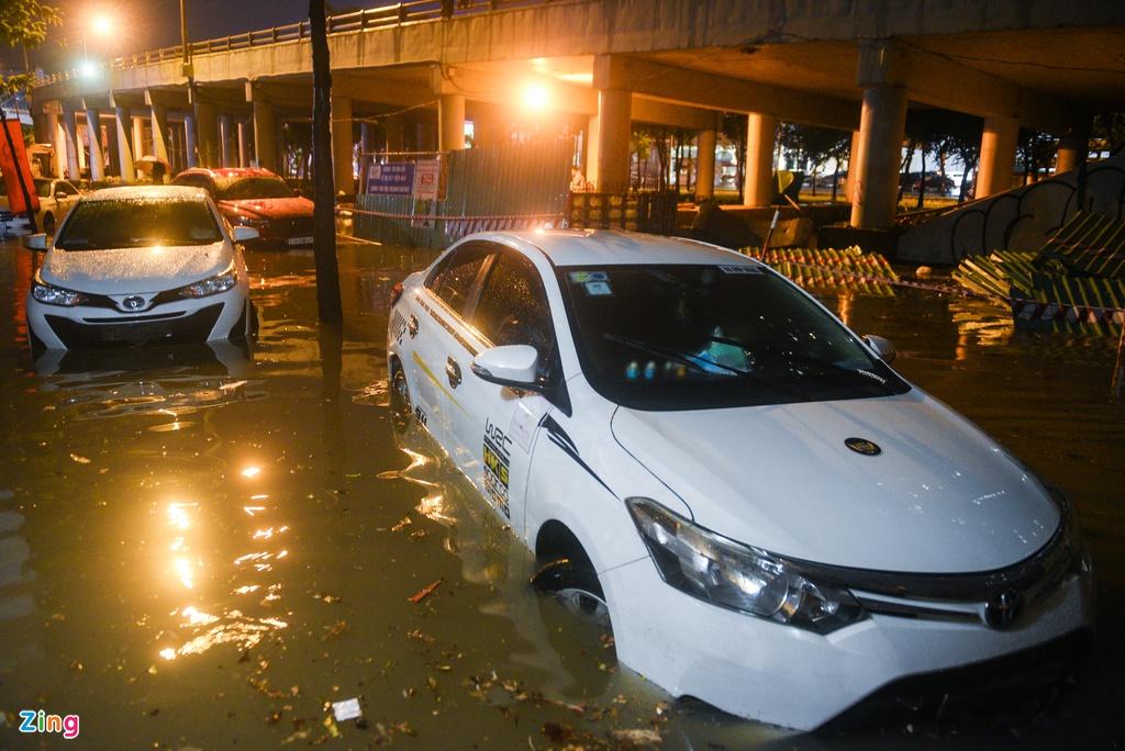 Porsche, Audi nằm cả đêm trên đường chờ cứu hộ sau mưa lớn - 6