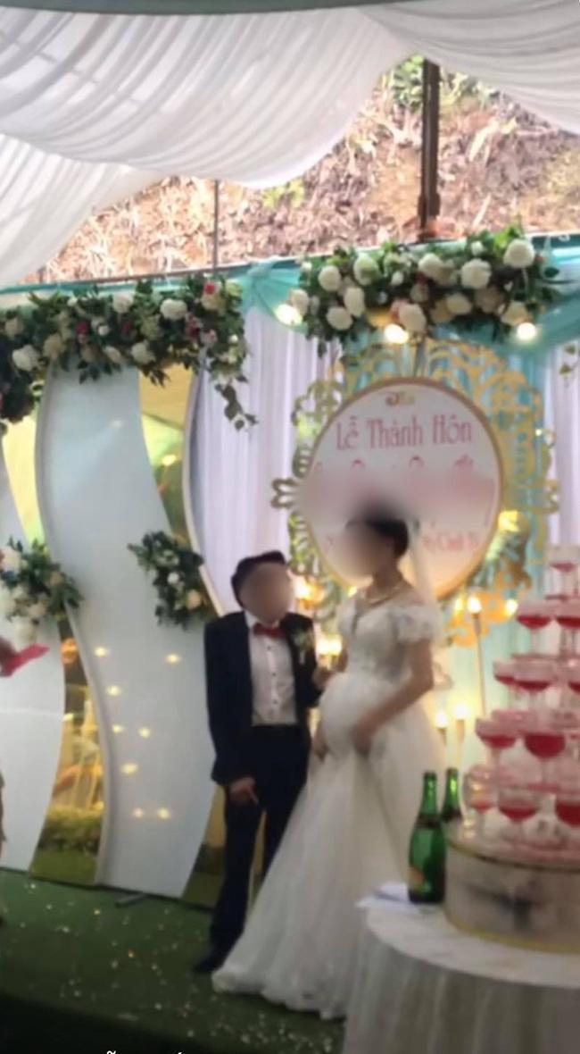 Đám cưới linh đình, mọi người cổ vũ, chú rể đã có một hành động 'xấu hổ' khiến dân tình quắn qoéo vì quá dễ thương - 3