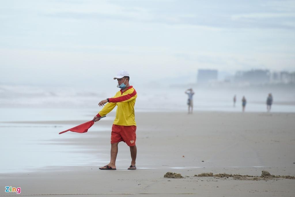 Người dân, du khách tắm biển Đà Nẵng sau bão - 2
