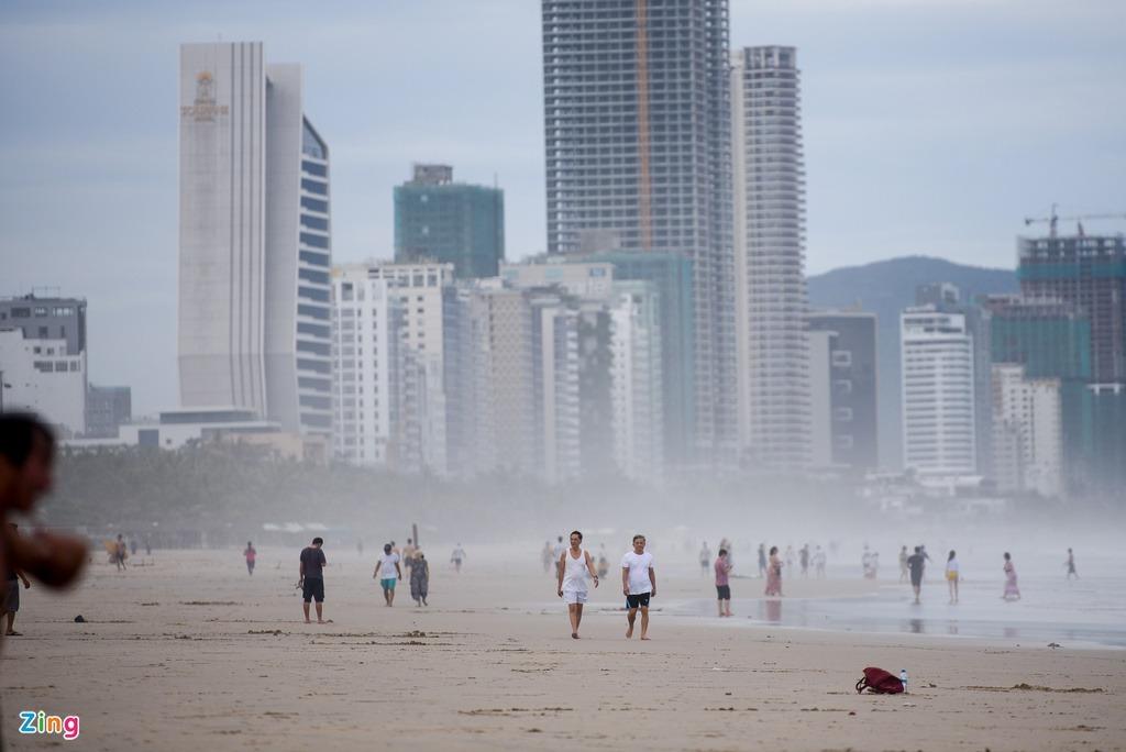 Người dân, du khách tắm biển Đà Nẵng sau bão