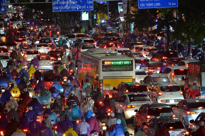 Đường phố Hà Nội ùn tắc kinh hoàng hàng giờ liền sau trận mưa lớn, dân công sở kêu trời vì không thể về nhà - 2
